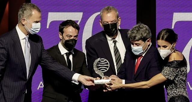 Carmen Mola, un colectivo fantasma de tres hombres, se lleva el millón de euros del Premio Planeta
